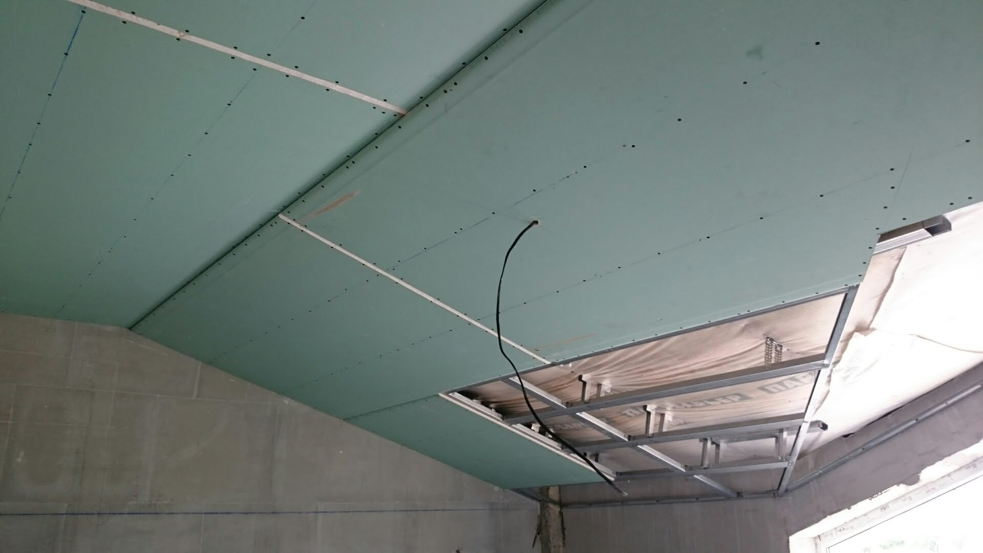 Потолок с отделкой гипсокартоном