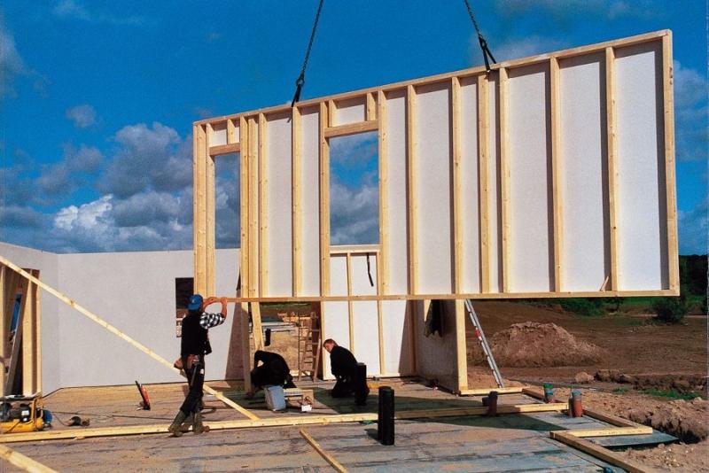Использование крана для постройки каркасного дома