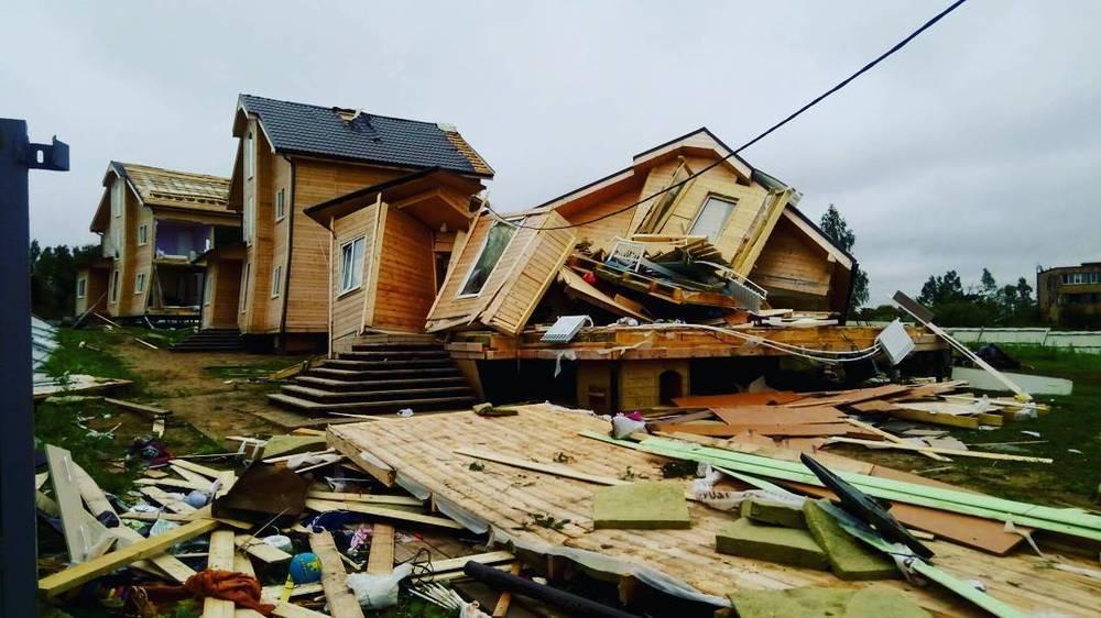 Сломанный каркасный дом