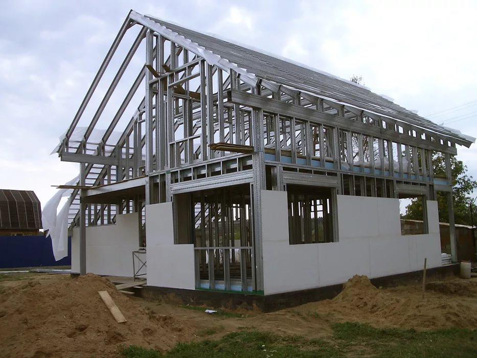 Дом, построенный из металлического профиля