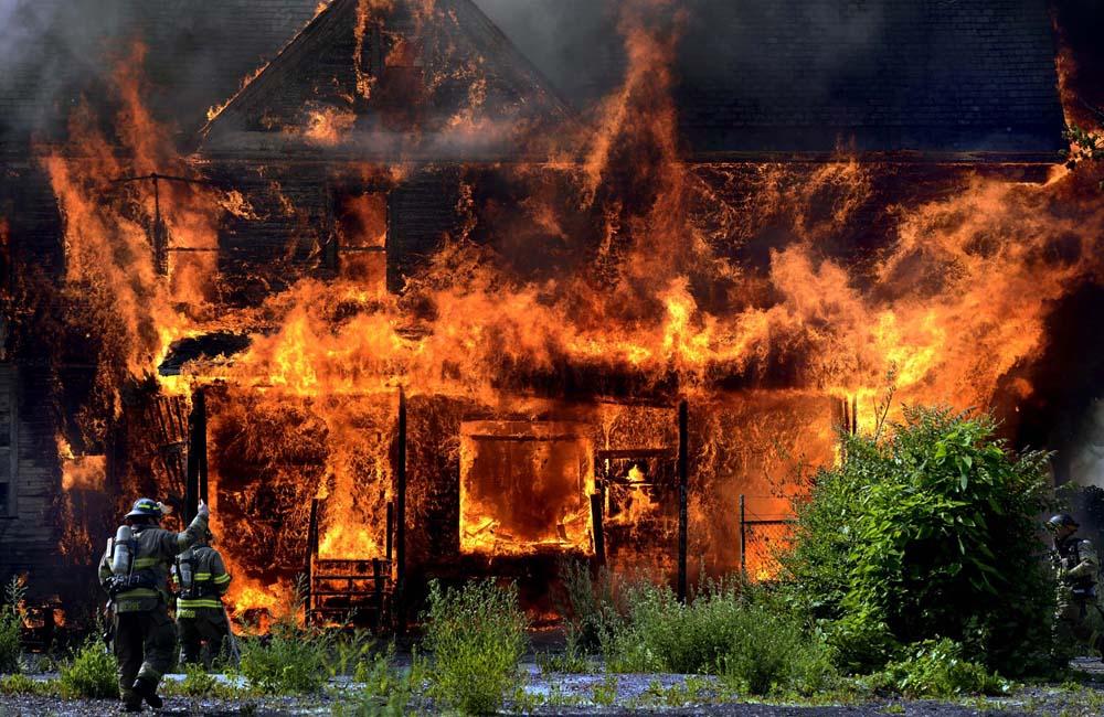 Каркасный дом горит