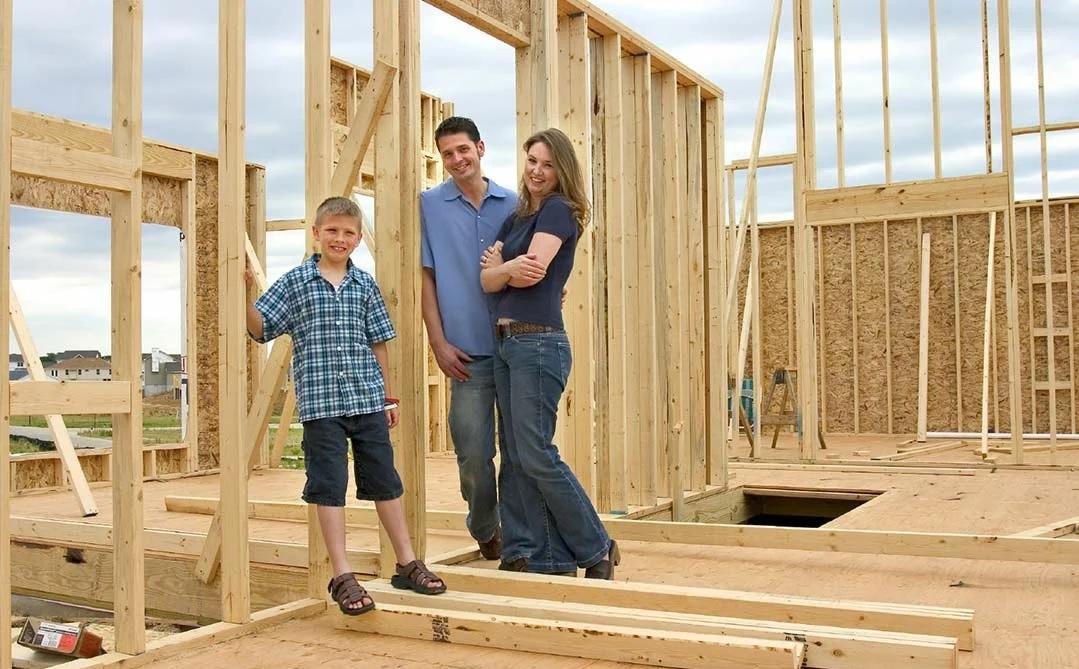 Семья строит каркасный дом